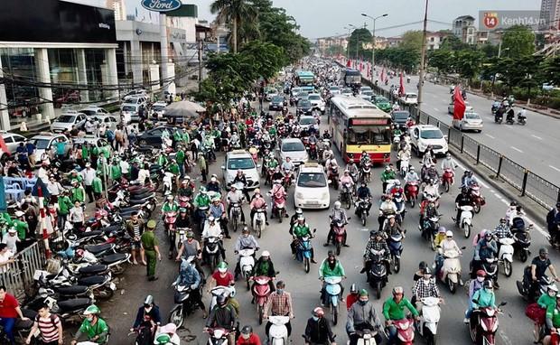 Hết 5 ngày nghỉ lễ, người dân cả nước tấp nập trở lại thành phố chuẩn bị cho những ngày làm việc tiếp theo - Ảnh 8.