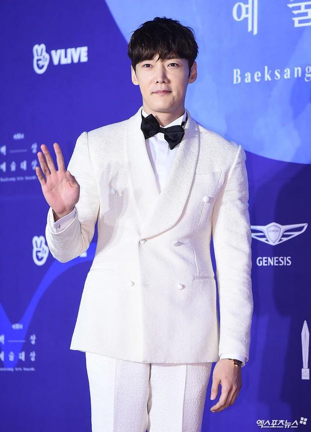 Siêu thảm đỏ khủng nhất lịch sử Baeksang: Suzy và IU xuất thần với đầm công chúa, Hyun Bin dẫn đầu 50 sao Hàn quyền lực - Ảnh 28.