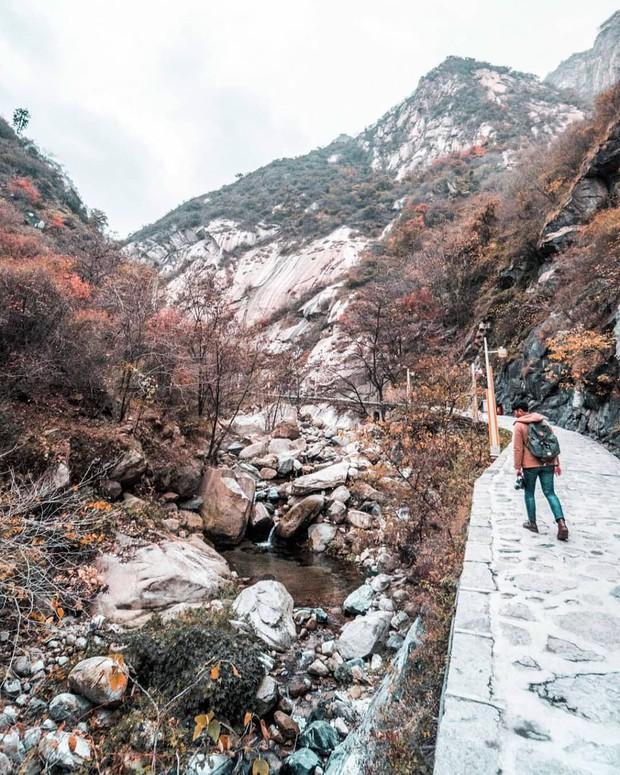 """""""Thót tim"""" với con đường mòn lưng chừng núi Hoa Sơn, nơi thiên đường và địa ngục chỉ cách nhau nửa bước chân! - Ảnh 12."""