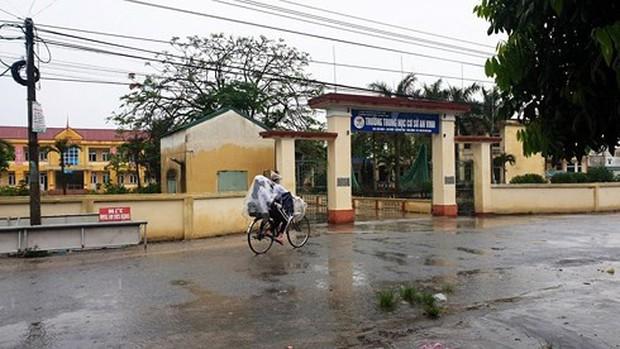 Học sinh đội mưa đi học ngày toàn quốc nghỉ lễ - Ảnh 1.