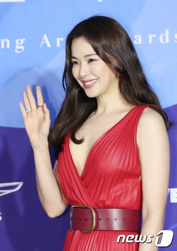 Siêu thảm đỏ khủng nhất lịch sử Baeksang: Suzy và IU xuất thần với đầm công chúa, Hyun Bin dẫn đầu 50 sao Hàn quyền lực - Ảnh 23.
