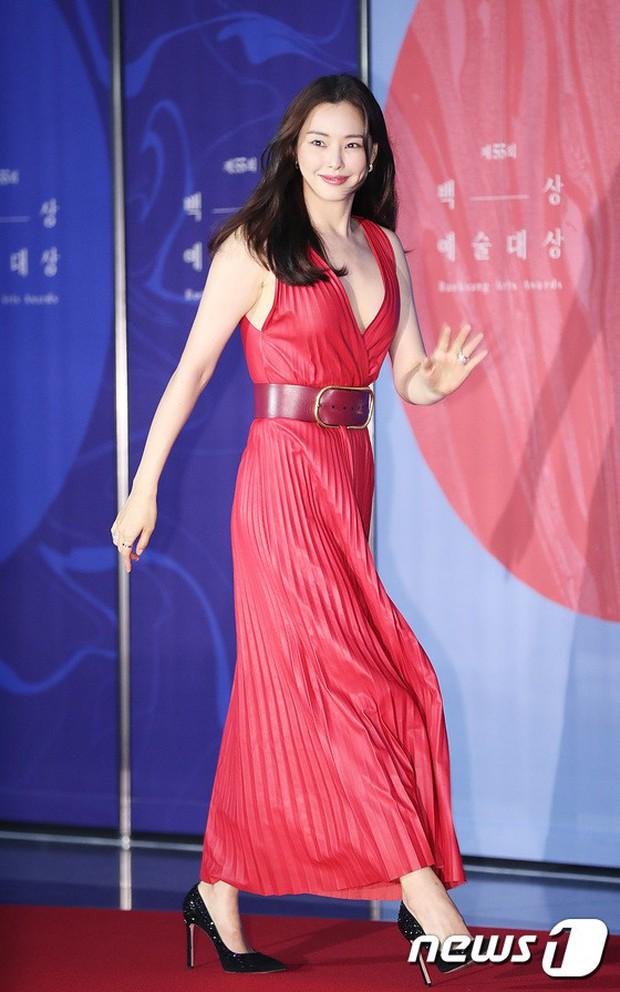 Siêu thảm đỏ khủng nhất lịch sử Baeksang: Suzy và IU xuất thần với đầm công chúa, Hyun Bin dẫn đầu 50 sao Hàn quyền lực - Ảnh 22.