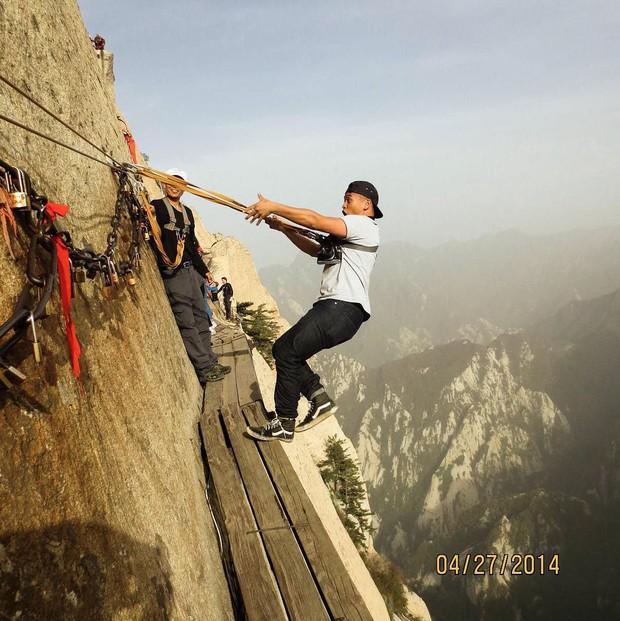 """""""Thót tim"""" với con đường mòn lưng chừng núi Hoa Sơn, nơi thiên đường và địa ngục chỉ cách nhau nửa bước chân! - Ảnh 19."""