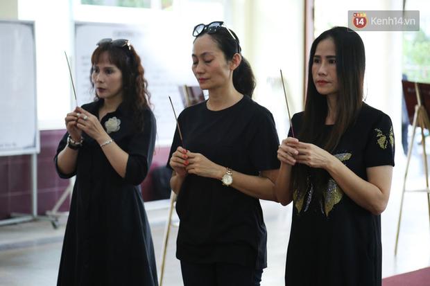 Hoa hậu Diễm Hương, MC Cát Tường và nhiều đồng nghiệp đến viếng đám tang cố nghệ sĩ Lê Bình - Ảnh 11.