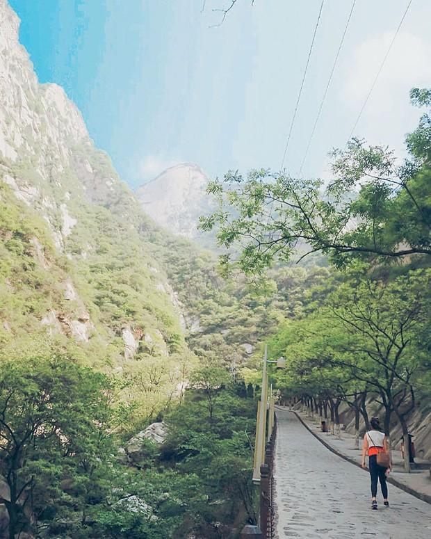 """""""Thót tim"""" với con đường mòn lưng chừng núi Hoa Sơn, nơi thiên đường và địa ngục chỉ cách nhau nửa bước chân! - Ảnh 13."""