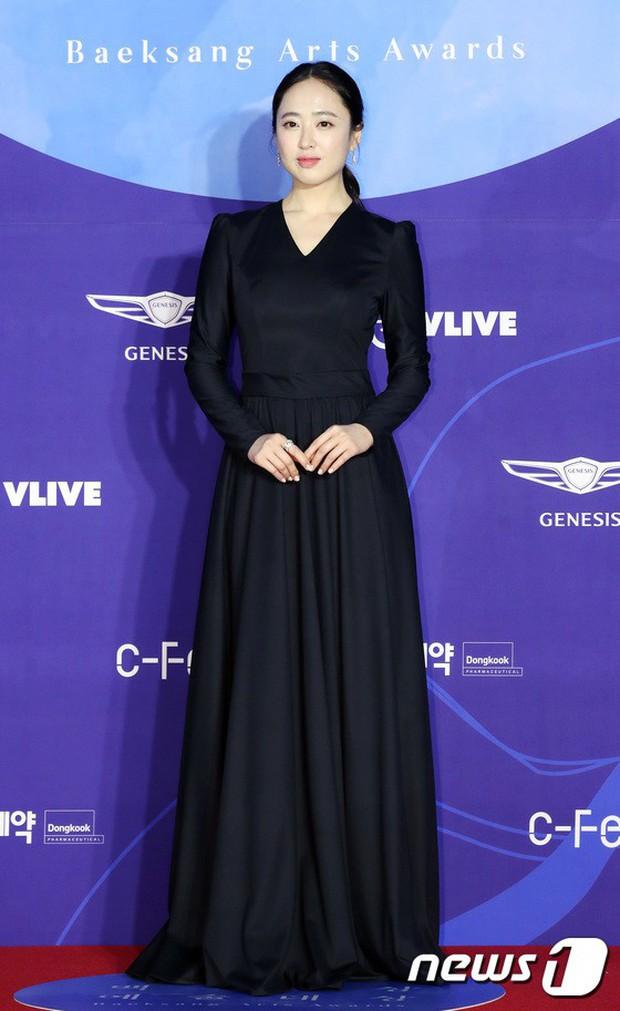 Siêu thảm đỏ khủng nhất lịch sử Baeksang: Suzy và IU xuất thần với đầm công chúa, Hyun Bin dẫn đầu 50 sao Hàn quyền lực - Ảnh 24.