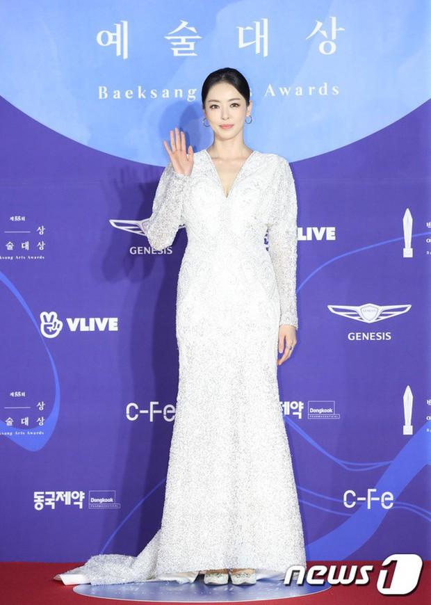 Siêu thảm đỏ khủng nhất lịch sử Baeksang: Suzy và IU xuất thần với đầm công chúa, Hyun Bin dẫn đầu 50 sao Hàn quyền lực - Ảnh 27.