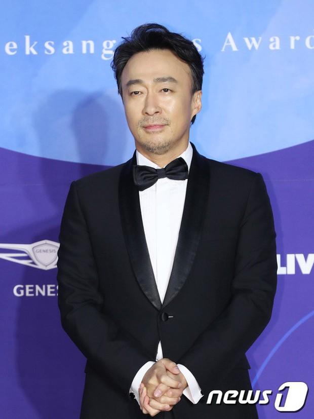 Siêu thảm đỏ khủng nhất lịch sử Baeksang: Suzy và IU xuất thần với đầm công chúa, Hyun Bin dẫn đầu 50 sao Hàn quyền lực - Ảnh 40.