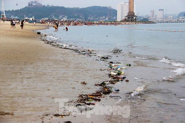 Trẻ ngụp lặn bơi trong rác biển ở Hạ Long - Ảnh 1.