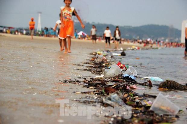 Trẻ ngụp lặn bơi trong rác biển ở Hạ Long - Ảnh 4.