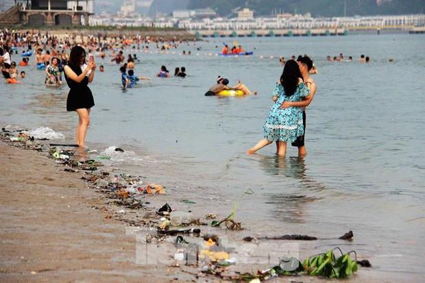 Trẻ ngụp lặn bơi trong rác biển ở Hạ Long - Ảnh 8.