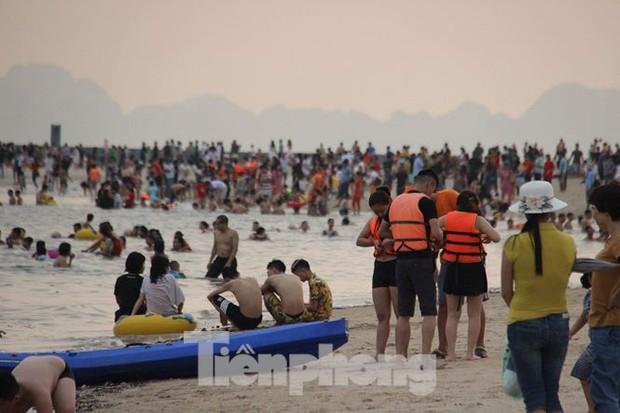 Trẻ ngụp lặn bơi trong rác biển ở Hạ Long - Ảnh 10.