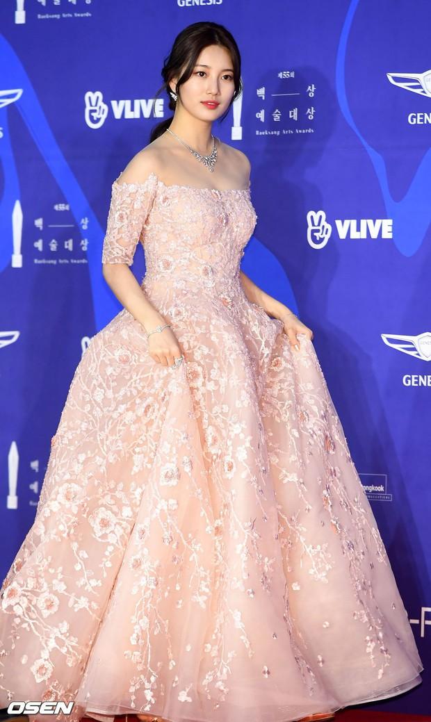 Siêu thảm đỏ khủng nhất lịch sử Baeksang: Suzy và IU xuất thần với đầm công chúa, Hyun Bin dẫn đầu 50 sao Hàn quyền lực - Ảnh 5.