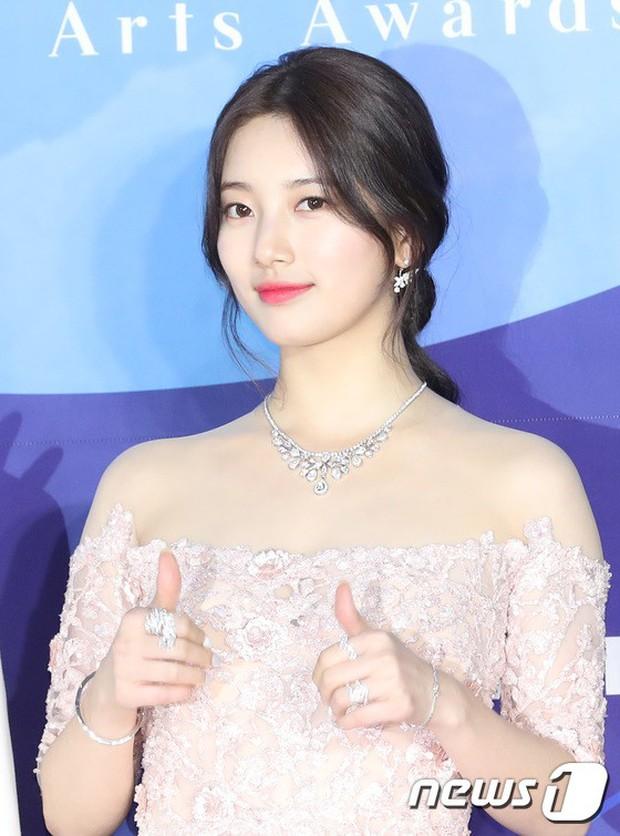 Siêu thảm đỏ khủng nhất lịch sử Baeksang: Suzy và IU xuất thần với đầm công chúa, Hyun Bin dẫn đầu 50 sao Hàn quyền lực - Ảnh 6.