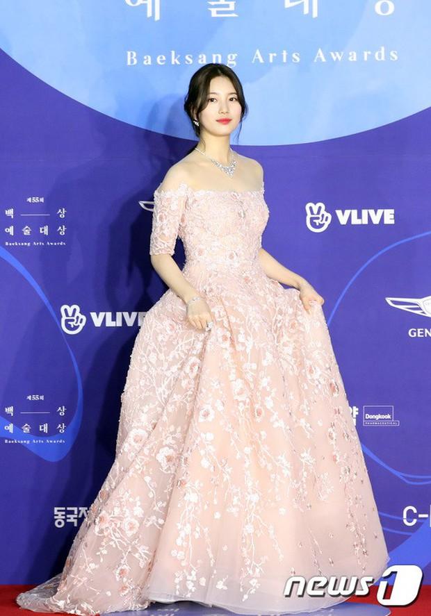 Siêu thảm đỏ khủng nhất lịch sử Baeksang: Suzy và IU xuất thần với đầm công chúa, Hyun Bin dẫn đầu 50 sao Hàn quyền lực - Ảnh 4.