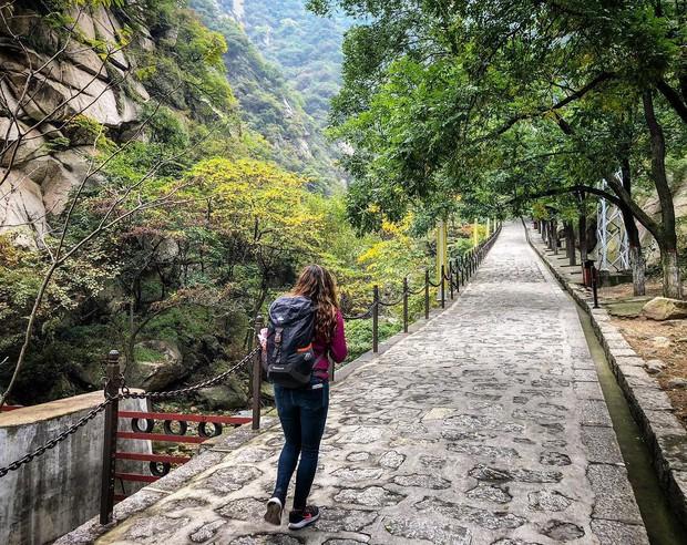 """""""Thót tim"""" với con đường mòn lưng chừng núi Hoa Sơn, nơi thiên đường và địa ngục chỉ cách nhau nửa bước chân! - Ảnh 14."""