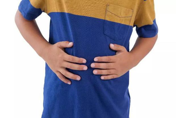 Cậu bé 15 tuổi bị thủng dạ dày, nguyên nhân đến từ thói quen ăn uống thường gặp ở giới trẻ - Ảnh 1.