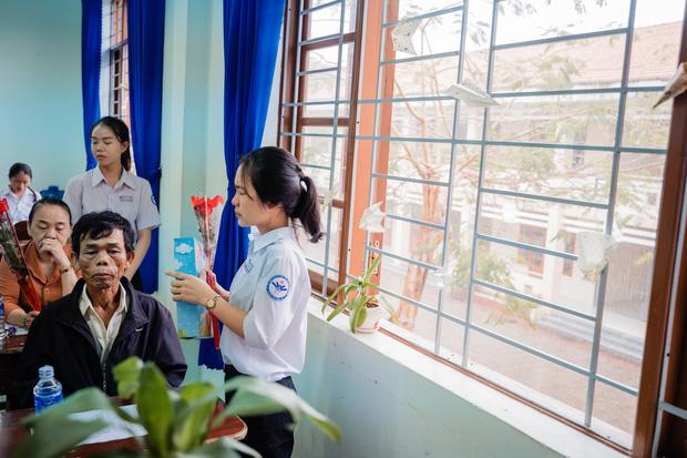 Bí mật gọi cha mẹ lên tặng quà, lớp học này cho ra đời bộ kỷ yếu đầy xúc động, phụ huynh lẫn học sinh ai cũng khóc lóc nghẹn ngào - Ảnh 5.
