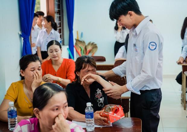 Bí mật gọi cha mẹ lên tặng quà, lớp học này cho ra đời bộ kỷ yếu đầy xúc động, phụ huynh lẫn học sinh ai cũng khóc lóc nghẹn ngào - Ảnh 8.