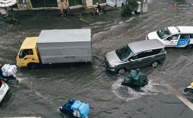 Mùa nóng chưa qua mùa ngập đã tới: Người Sài Gòn lại bì bõm lội nước về nhà sau cơn mưa lớn - Ảnh 18.