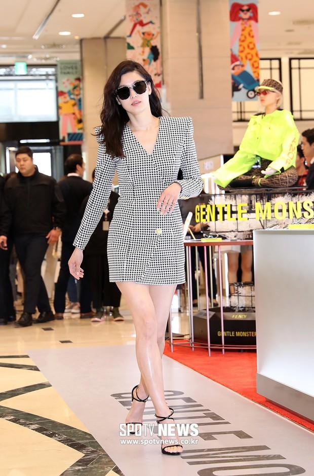 Khi bà hoàng sang chảnh Jeon Ji Hyun đi sự kiện: Khí chất bức người, body nuột thế này ai tin là của mẹ 2 con? - Ảnh 3.