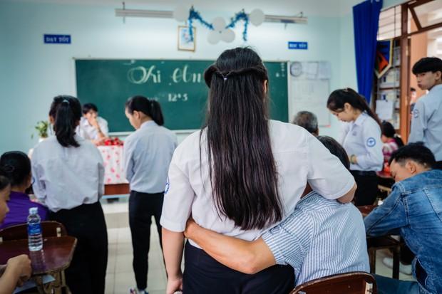 Bí mật gọi cha mẹ lên tặng quà, lớp học này cho ra đời bộ kỷ yếu đầy xúc động, phụ huynh lẫn học sinh ai cũng khóc lóc nghẹn ngào - Ảnh 7.