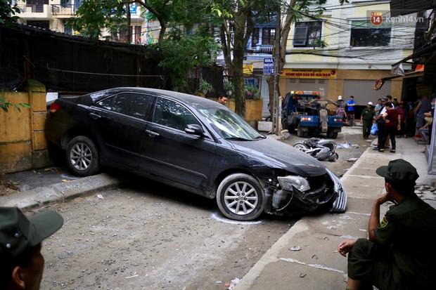 Công an tiết lộ nguyên nhân xe Camry lùi, tông tử vong người phụ nữ đi xe máy ở Hà Nội - Ảnh 1.