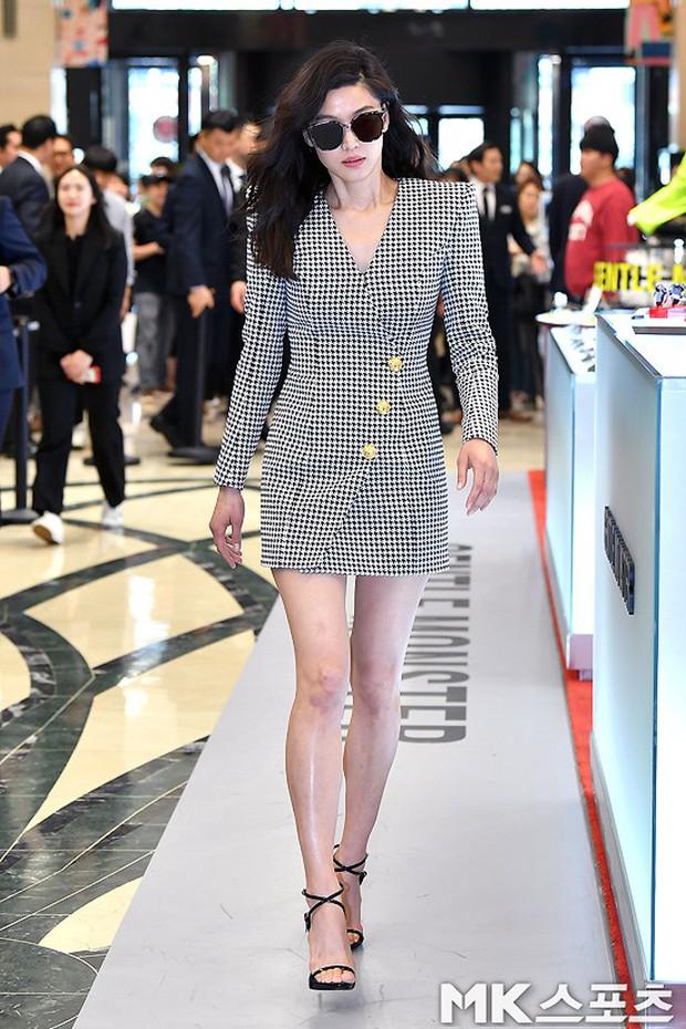 Khi bà hoàng sang chảnh Jeon Ji Hyun đi sự kiện: Khí chất bức người, body nuột thế này ai tin là của mẹ 2 con? - Ảnh 1.