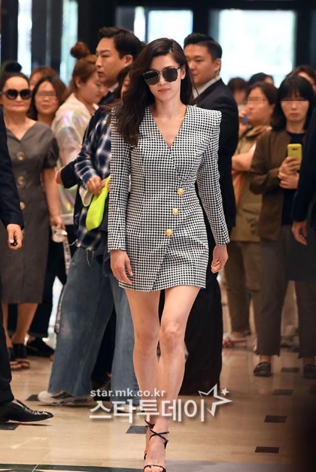 Khi bà hoàng sang chảnh Jeon Ji Hyun đi sự kiện: Khí chất bức người, body nuột thế này ai tin là của mẹ 2 con? - Ảnh 4.
