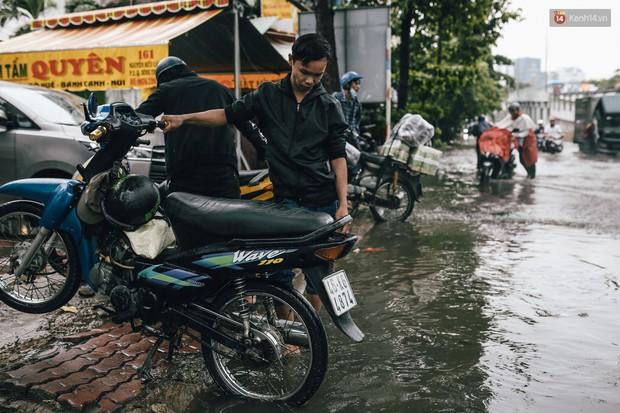 Mùa nóng chưa qua mùa ngập đã tới: Người Sài Gòn lại bì bõm lội nước về nhà sau cơn mưa lớn - Ảnh 12.