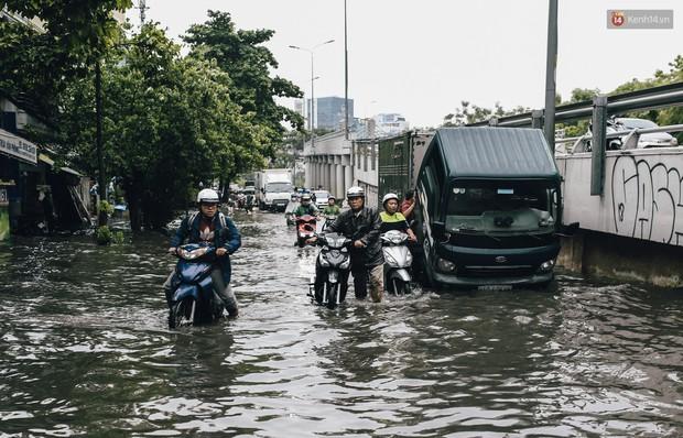 Mùa nóng chưa qua mùa ngập đã tới: Người Sài Gòn lại bì bõm lội nước về nhà sau cơn mưa lớn - Ảnh 5.