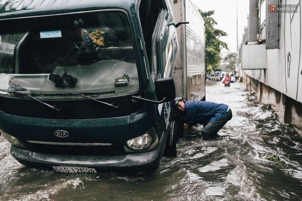 Mùa nóng chưa qua mùa ngập đã tới: Người Sài Gòn lại bì bõm lội nước về nhà sau cơn mưa lớn - Ảnh 6.