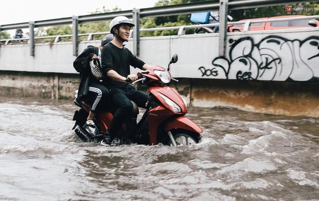 Mùa nóng chưa qua mùa ngập đã tới: Người Sài Gòn lại bì bõm lội nước về nhà sau cơn mưa lớn - Ảnh 8.