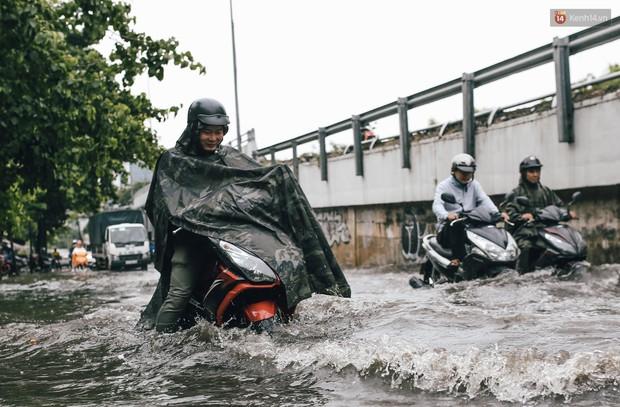 Mùa nóng chưa qua mùa ngập đã tới: Người Sài Gòn lại bì bõm lội nước về nhà sau cơn mưa lớn - Ảnh 11.