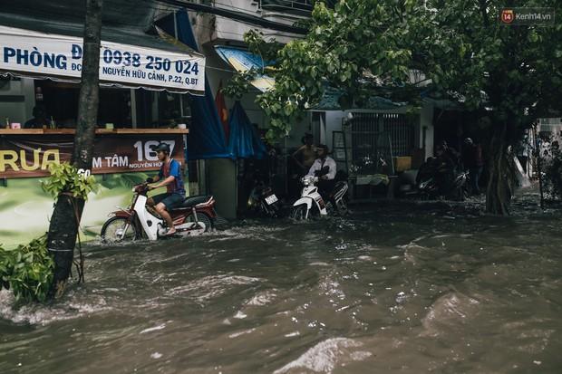 Mùa nóng chưa qua mùa ngập đã tới: Người Sài Gòn lại bì bõm lội nước về nhà sau cơn mưa lớn - Ảnh 10.