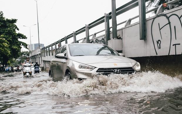 Mùa nóng chưa qua mùa ngập đã tới: Người Sài Gòn lại bì bõm lội nước về nhà sau cơn mưa lớn - Ảnh 7.
