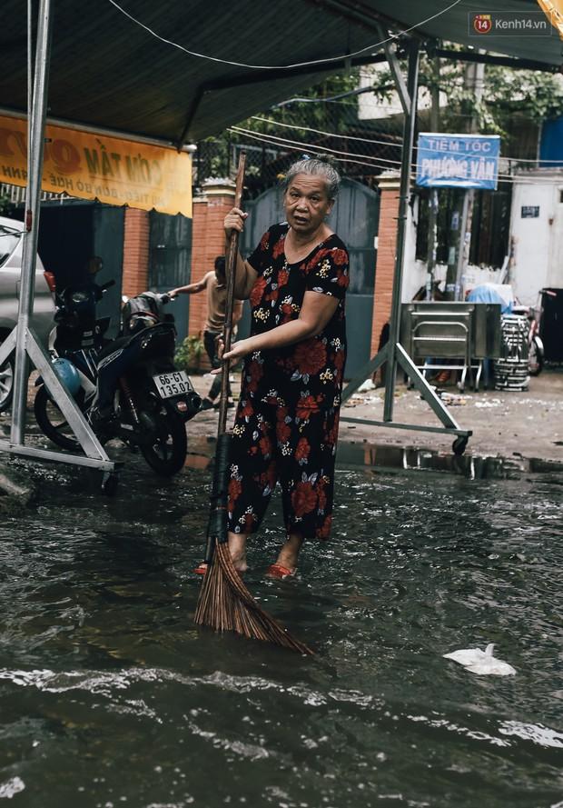 Mùa nóng chưa qua mùa ngập đã tới: Người Sài Gòn lại bì bõm lội nước về nhà sau cơn mưa lớn - Ảnh 17.