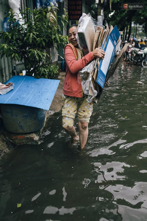 Mùa nóng chưa qua mùa ngập đã tới: Người Sài Gòn lại bì bõm lội nước về nhà sau cơn mưa lớn - Ảnh 16.