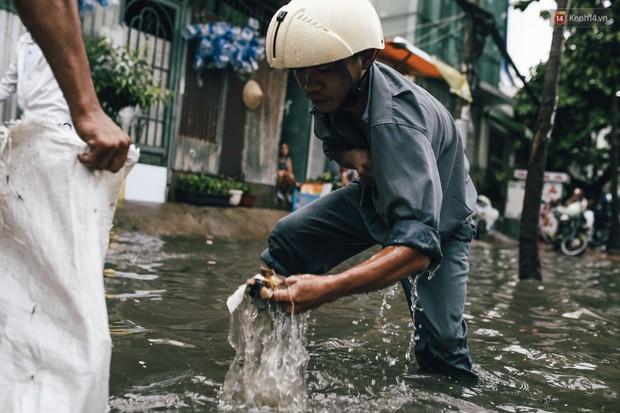 Mùa nóng chưa qua mùa ngập đã tới: Người Sài Gòn lại bì bõm lội nước về nhà sau cơn mưa lớn - Ảnh 15.