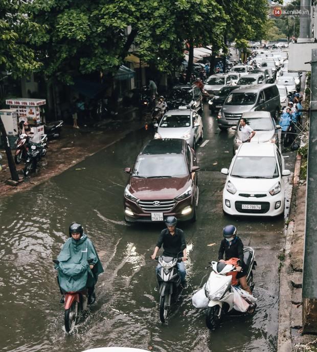 Mùa nóng chưa qua mùa ngập đã tới: Người Sài Gòn lại bì bõm lội nước về nhà sau cơn mưa lớn - Ảnh 3.