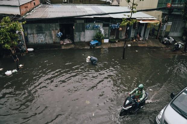 Mùa nóng chưa qua mùa ngập đã tới: Người Sài Gòn lại bì bõm lội nước về nhà sau cơn mưa lớn - Ảnh 14.
