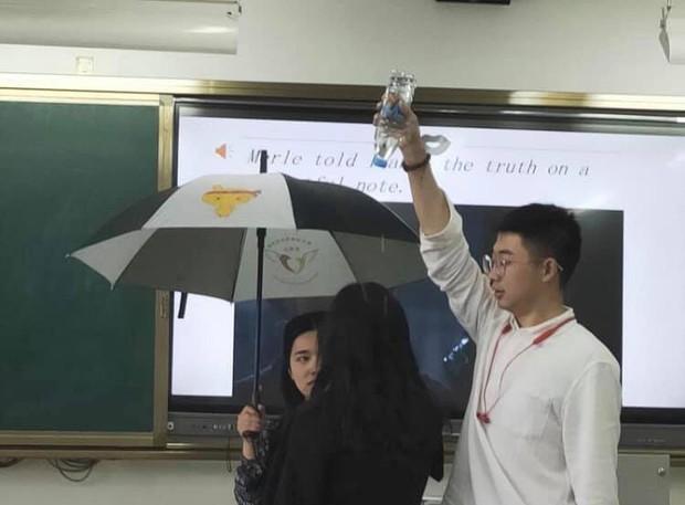 Chết cười với nam sinh đam mê diễn vai phụ mờ nhạt: lúc thì đứng phun mưa thủ công, khi lại cầm ô hoá cây xanh bất động - Ảnh 2.