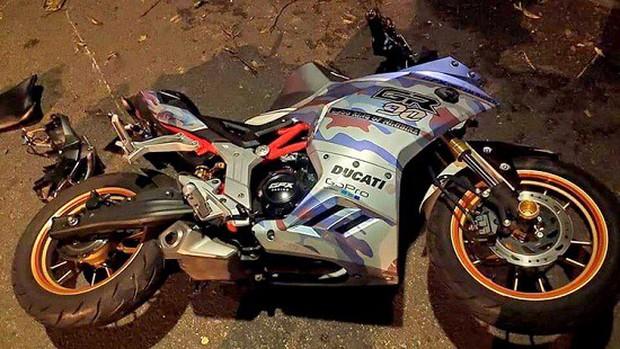 Xe môtô đâm vào gốc cây, hai người tử vong tại chỗ - Ảnh 1.