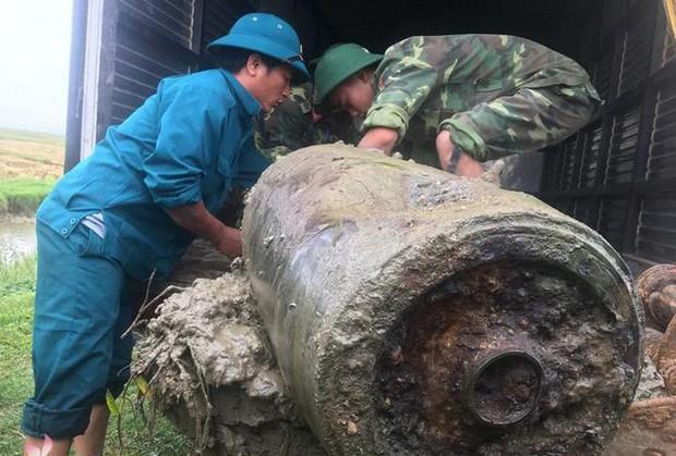 Clip kích nổ tiêu hủy quả bom dài 1,2m được người dân phát hiện - Ảnh 2.