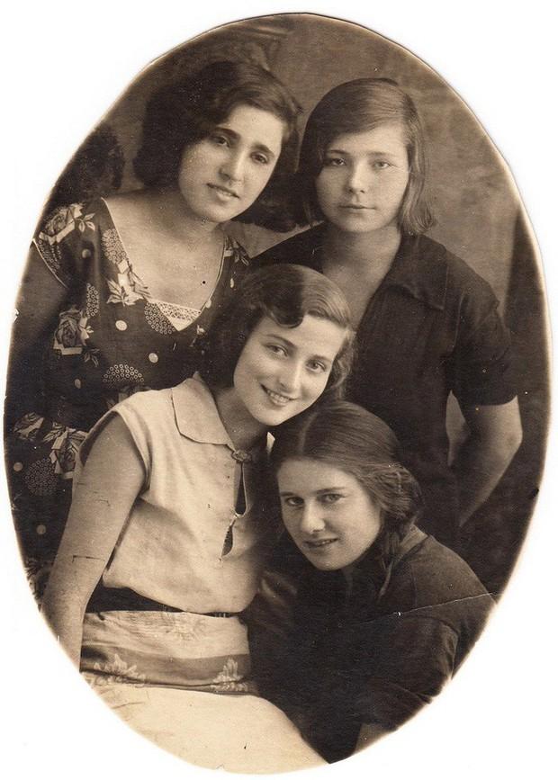 Cư dân mạng thi nhau khoe ảnh mẹ tớ ngày xưa, ai cũng phải gật gù công nhận các bà, các mẹ thời trẻ chẳng cần phấn son mà đẹp không tì vết - Ảnh 24.