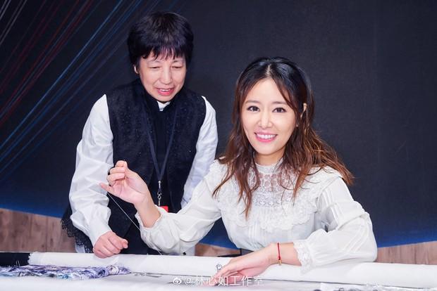 """Triệu Vy và Lâm Tâm Như xuất hiện trong 1 ngày: Cùng tuổi nhưng style quá khác và khiến chúng ta nhớ ngay đến """"Hoàn Châu Cách Cách"""" - Ảnh 9."""