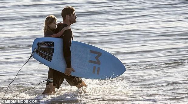 Gây sốt vì loạt ảnh ngọt ngào ấm áp bên vợ con, nhưng hàng Úc khủng của Chris Hemsworth lại chiếm hết cả spotlight - Ảnh 4.