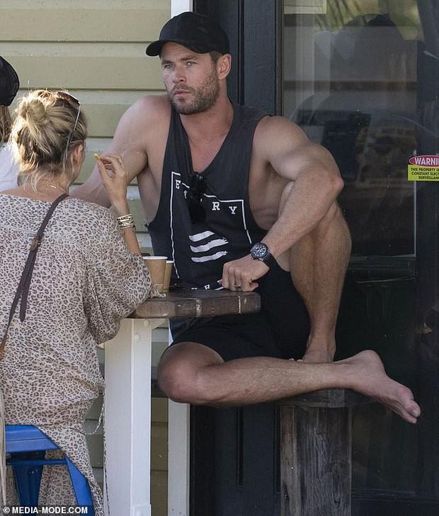 Gây sốt vì loạt ảnh ngọt ngào ấm áp bên vợ con, nhưng hàng Úc khủng của Chris Hemsworth lại chiếm hết cả spotlight - Ảnh 2.