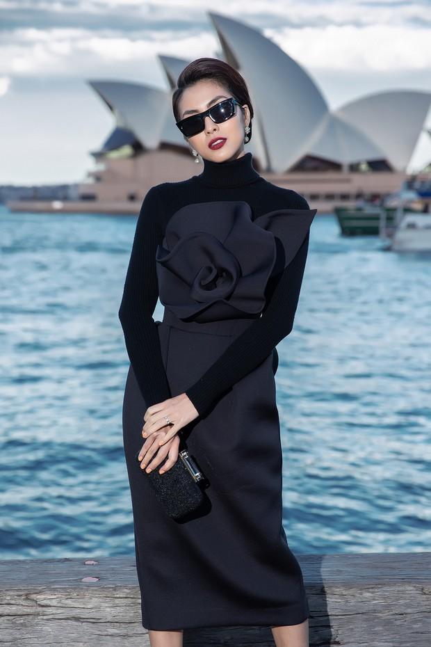Show mới nhất của Đỗ Mạnh Cường tại Úc: Hà Tăng kín như bưng vẫn đẹp ngút trời, Mỹ Linh và Tiểu Vy trông đều khác lạ - Ảnh 1.