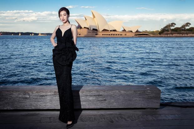 Show mới nhất của Đỗ Mạnh Cường tại Úc: Hà Tăng kín như bưng vẫn đẹp ngút trời, Mỹ Linh và Tiểu Vy trông đều khác lạ - Ảnh 4.